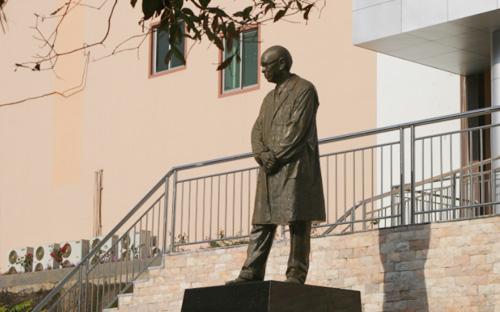 裘法祖院士铜像